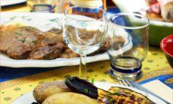 Repas au barbecue: Bœuf mariné à la cardamome, aubergines et pommes de terres grillées